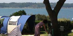 Emplacements camping vue mer - CAMPING LE CHATELET ***** - Saint Cast le Guildo, Bretagne, Côte d'Emeraude Location, Outdoor Gear, Vans, Brittany, Camping Ideas, Van