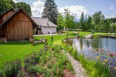 Für die Hochzeit ein ganz besonderer Ort im Murtal. Modern, Golf Courses, Cabin, Inspiration, House Styles, Home Decor, Water Pond, Rustic, Places
