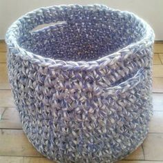 Crocheted basket made of t-shirt yarn (by Mamanufaktura).