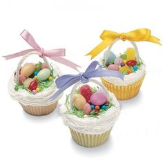 10 Days of Easter: Edible Easter Basket Cupcakes Here is day 7 of the 10 Days of Easter. These Easter Basket Cupcakes are so cute and so easy! Hoppy Easter, Easter Eggs, Easter Food, Easter Bunny, Easter Games, Holiday Treats, Holiday Fun, Desserts Ostern, Easter Cupcakes