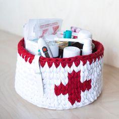 Crochet drugs storage basket made of zpagetti (t-shirt, trapillo) chunky yarn. Crochet Home, Crochet Gifts, Crochet Yarn, Crochet Basket Pattern, Knit Basket, Crochet Motifs, Crochet Patterns, Cotton Cord, Crochet Storage