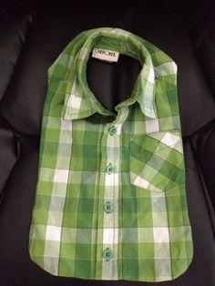 Une chemise peut se transformer en bavoir pour bébé.