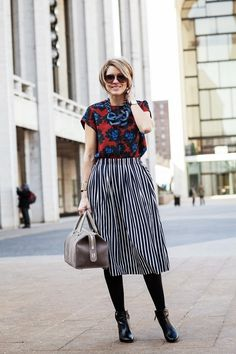 The key to mixing prints? Keep one color consistent throughout your look. Via s e e r s u c k e r + s a d d l e s. For body shape and style tips, go to Styletruist.com!