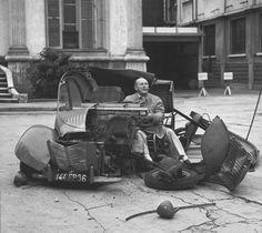 De este señor fue nada menos que la mano que dibujó el diseño delautomóvilmas bello de todos los tiempos, el Citroën  DS.         No...