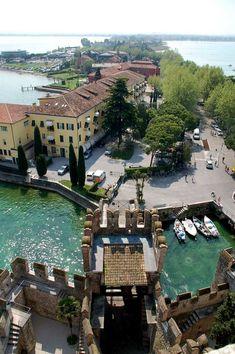 Sirmione, Lake Garda, Italy Una strisciolina di terra che si spinge all'interno del lago di Garda e contiene inestimabili tesori, il Castello Scaligero e le Grotte di Catullo.