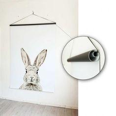 Inspiratie nodig bij het installeren van je Groovy Magnets Magneetbehang? Hang je rolletje vast aan een buisje, een kootje er door en een haak aan de muur: zo verhuis je je eigen moodboard zonder probleem.