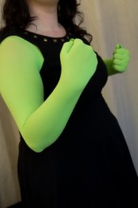 Cosplay Ideas Dreamer Lucy brings us part one of her INCREDIBLE tutorial for making gloves out of tights, for cosplays where you would otherwise have to wear body paint! Elphaba Costume, Gamora Costume, Shrek Costume, Hallowen Costume, Halloween Cosplay, Diy Costumes, Cosplay Costumes, Costume Ideas, Diy Alien Costume