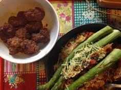 Wat schaft de pot voor de herbivoor en de omnivoor? Herbivor en omnivor genoten van de spaghetti met groenten, tomatensaus en geraspte kaas, samen met groene asperge voor de vegetarische  en de omnivor kreeg de gehaktballen mager rundergehakt.  Yum! Translation Herbivor and omnivor enjoyed the spaghetti with vegetables, tomato sauce and grated cheese along with green asperge for the vegetarian and the omnivor got the meatballs lean ground beef. Yum!