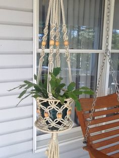 Hanger if plant needs a tray? Macrame Plant Holder, Macrame Bag, Plant Holders, Macrame Knots, Macrame Wall Hanging Patterns, Macrame Patterns, Hanging Flower Pots, Hanging Plants, Diy Plant Stand