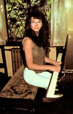 Super Seventies — Kate Bush at the piano. Divas, Little Britain, Progressive Rock, Paramore, Female Singers, Her Music, Music Artists, Cover, Lady