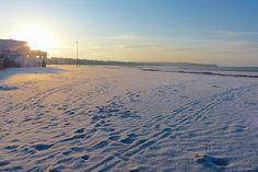 Un voile de neige sur le sable de la Grande Plage (© EP / 4 février 2015)