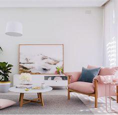 Nos parece soso pero nos gusta la armonía de colores y la combinación con los colores del cuadro. La mesa es bonita!