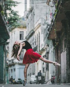 """Eles são simplesmente os melhores bailarinos do mundo, com técnicas russas e sangue latino. Agora diz, como não ficar hipnotizado com esses movimentos? A série do fotógrafo Omar Roble, que conheceu a ilha há pouco tempo e já se apaixonou, conquistou mais de 130 mil seguidores no Instagram. E só você não viu? Então corre! """"Os cuban..."""