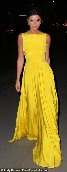 Neon: brights Fosta vedeta a fost TOWIE greu de ratat în rochia ei cu caractere aldine gal...