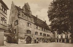 Altes Rathaus Freiburg    Das alte Rathaus in Freiburg im Breisgau. Genaues Aufnahmedatum leider nicht bekannt. Dürfte aber dem historischen Freiburg zwischen 1900 und 1920 entstammen.  Die Hauptfassade des Alten Rathauses war um 1559 mit den Szenen einesTotentanzesbemalt; der Maler Gali