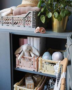 Børneværelser kan både være smukke og praktiske med de populære Aykasa og HAY kasser. Du kan spare 30-92% på alle farver og kasser i dag.