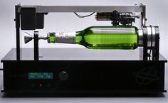 A marca de cerveja Beck's decidiu unir a bebida à música e à tecnologia para criar um produto inusitado: uma garrafa de cerveja que tem música gravada na sua superfície. A técnica utilizada foi aquela que conhecíamos do vinil, reconstruindo assim o fonógrafo inventado por Thomas Edison, aquele que foi o primeiro aparelho a gravar e reproduzir sons. A ideia faz ainda mais sentido se pensarmos que na altura em que Edison inventava o fonógrafo, o alemão Heinrich Beck, do outro lado do…