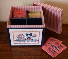 """J'adore le style vintage, et j'ai retrouvé dernièrement ces 2 petites grilles représentant des étiquettes anciennes. Je les ai montées sur 2 boites : une boite à sucre et une boite pour les sachets de levure . Ce sont des boites appelées boites """" à onglets..."""