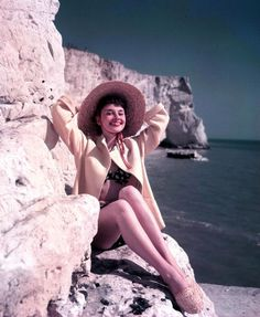 'Audrey Hepburn in Hats': A look at the style icon's stunning headwear Audrey Hepburn Outfit, Audrey Hepburn Pictures, Audrey Hepburn Mode, Aubrey Hepburn, Old Hollywood, Viejo Hollywood, Hollywood Icons, Bikini 2014, The Bikini