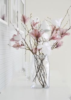 Scandinavian Easter tree – Gorgeous pastel coloured feathers on twigs. More idea… Scandinavian Easter tree – Gorgeous pastel coloured feathers on twigs. More ideas on Littlescandinavia… Spring Decoration, Flower Decoration, Coloured Feathers, White Feathers, Deco Nature, Deco Floral, Easter Tree, Easter Wreaths, Diy Décoration