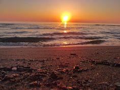 il mare spesso parla con parole lontane, dice cose che nessuno sa. Soltanto quelli che conoscono l'amore possono apprendere la lezione dalle onde, che hanno il movimento del cuore