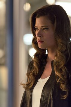 The Flash 2x03 - Lisa Snart (Golden Glider) << I'm obsessed with her character tbh. And Leonard.