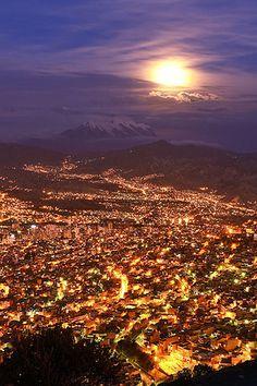 La Paz, Bolivia. La Paz, sede de gobierno y capital político-administrativa de Bolivia, es la ciudad más importante del país. Confluyen en ella gente de todas las regiones, así como inmigrantes de otros lugares del mundo. La Paz de noche es un espectáculo maravilloso, del cielo lleno de estrellas.