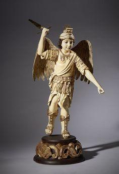 São Miguel Arcanjo, escultura em marfim parcialmente policromado e dourado. São Miguel está representado com vestes à romana, calçando sandálias. Com espada em metal. Assente sobre base em madeira entalhada e dourada. Origem: Filipinas, ao estilo do séc. XVII