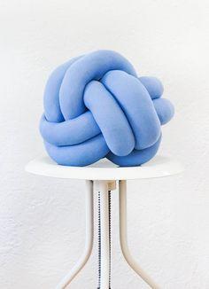 DIY: knot pillow