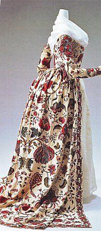 La robe à l'anglaise. C'était une robe à corsage ajusté, aux manches bouffantes, collerette et vertugadin plus large que les épaules. Sans corps baleiné et sans paniers, elle se ferme devant par un gilet, en redingote ouverte. Les côtés de la jupe s'ouvrent sur un jupon. Ajustée à la taille, la robe a une queue traînante. Les manches sont bouffantes. La vogue de ce type de robe annonce la disparition des paniers, qui vont être remplacés par la tournure.