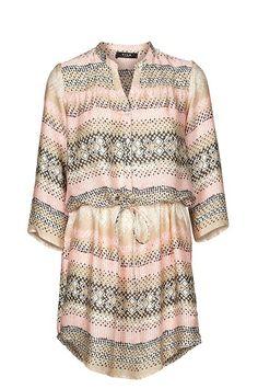 Vestido Grecas  Vestido camisero de estampado tribal. Tejido fino tipo seda. Cordón a la altura de la cintura.