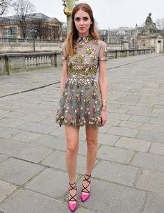 Nos encanta el romántico vestido de flores que Chiara Ferragni luce con unos zapatos rosas y negros.