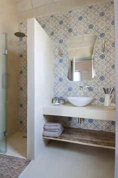 Bathroom mirror: tips for choosing the ideal model - Home Fashion Trend Home, Bathroom Tile Designs, Bathroom Inspiration, Mexican Tile Bathroom, Bathroom Decor, Bathroom Mirror, Bathroom Interior Design, Casa Dolce Casa, Bathroom Design