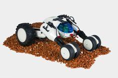 LEGO Designer Chris Perron breaths new life into the classic Futuron theme with a crazy cool crawler. S Brick, Lego Brick, Lego Words, Futuristic Cars, Futuristic Vehicles, Lego Man, Cool Lego Creations, Lego Design, Lego Models
