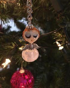 Ook de engel hangt weer in de boom. Leuk om te geven met de feestdagen of om iemand even wat steun/liefde te geven. Stuur een pb bij interesse. #engel #angels #jewelry #glassart #handmade #kerst