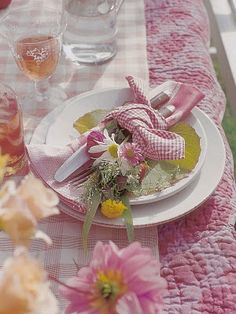love the quilt as the tablecloth