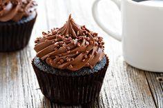 Cupcakes de chocolate doble vienen juntos en un tazón.  Son fáciles de hacer y delicioso para comer!