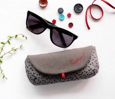 DIY Tutorial Soft glasses case to be sewed. Dyi Couture, Couture Sewing, Easy Sewing Projects, Sewing Tutorials, Diy Pochette, Wallet Sewing Pattern, Sew Wallet, Diy Sac, Creation Couture