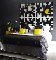 Attirant Black, Yellow, And White Room
