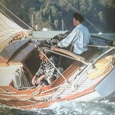 #sauntress #sailors #navegantes #marinos #sailing #talla #carvings #artesania #woodwork #woodcuting #engrave #grabado #handmade #estaes__spain #somosgalegos #estaes_galicia #galicia_mola #galiza #landscape #spain_gallery #galiciadesduberta ...here I'm...sailing on Sauntress...I'm with jumper mariner...on ter tiller..my skipper..Martín...... de joseluisromansaavedra