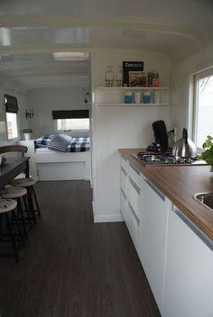 In deze pipowagen kun je een heerlijke vakantie beleven in Zeeland! http://www.pipowagenlogerenbijjo.nl/ #camperinterior