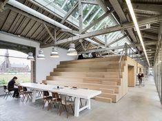 Bedaux de Brouwer Architecten heeft de Houtloods in de Tilburgse Spoorzone gerenoveerd en een houten 'meubel' in het interieur geplaatst.