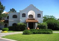 Spanish colonial house - Fachada de una residencia definida como una versión moderna del estilo Colonial español en Argentina