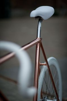 Creative Copper, Copperbike, Brown, Fixie, and Bike image ideas & inspiration on Designspiration Velo Retro, Velo Vintage, Vintage Bicycles, Velo Design, Bicycle Design, Fixi Bike, Bike Bag, Bike Rides, Bicycle Race