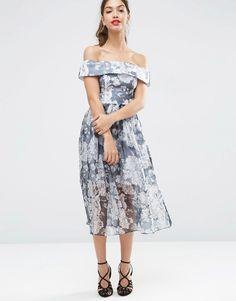 Imagen 4 de Vestido a media pierna de organza con cuello bardot y diseño azul marino con flores de ASOS