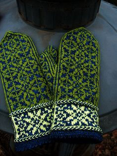 Ravelry: Quaternity pattern by Rose Hiver free pattern . vingerzetting wgt Ravelry: Quaternity pattern by Rose Hiver free pattern . Knitted Mittens Pattern, Fair Isle Knitting Patterns, Knitted Slippers, Knit Mittens, Knitting Charts, Knitted Gloves, Knitting Designs, Knitting Projects, Hand Knitting