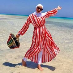 To enjoy the close at hand Eid in such hot weather, one would need a lot of researching for cute casual outfits. Cute Casual Outfits, Simple Outfits, Chic Outfits, Summer Outfits, Fashion Outfits, Beach Outfits, Hijab Fashion Summer, Muslim Fashion, Model Poses Photography