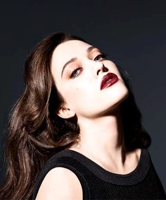 I love Kat Dennings and her signature makeup, a nude eye with lots of black mascara and most of the time a deep red or raspberry lip. Gorgeous.
