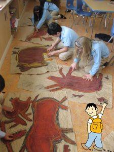 Decorar el aula con pinturas rupestres dibujadas por los niños de la clase.