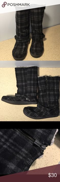 Roxy black & grey fleece boots Preloved Roxy black & grey fleece boots is so comfortable and warm for the winter season. Lots of life left. Clean, no stains, no tears. Roxy Shoes